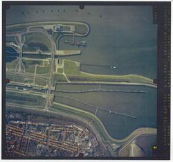Vverticale luchtfoto havengebied Terneuzen. Sluizencomplex,...