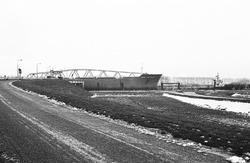 Zeeschip Dora Oldendorff vaart met sleepboten door brug Sluiskil.
