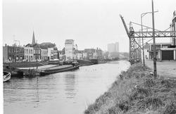 Binnenvaartschepen in Zijkanaal H te Sas van Gent, met zicht op de...