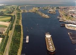 Zeeschip op het kanaal ten zuiden van de zeesluis Terneuzen.