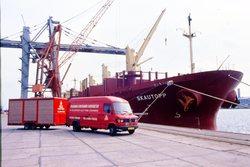 Bus met aanhanger van Flushing Container Service BV op de kade bij het...
