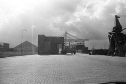 Het stapelen van containers met een heftruck aan de Zevenaarhaven.