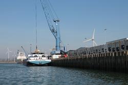 Binnenvaartschip Friendship aan de kade bij Kloosterboer in de...