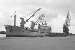 Lossen van het schip Ivan Gorthon met rollen papier bij Aug. de Meyer...