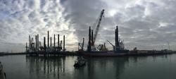 Werkschip Aeolis van Van Oord en platform JB115 in de Westhofhaven.
