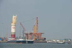 Platform op de kade van de Westhofhaven.