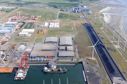 Kade Arrow terminals in de Kaloothaven. Rechts de kolentransportband.