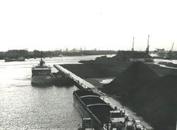 Schepen aan de kade van de Massagoedhaven bij de terminal van Ovet.