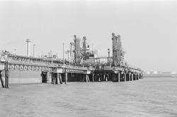Zeeschip aan de steiger van Dow Chemical in de Braakmanhaven.