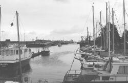 Jachtjes in Zijkanaal A bij Vermeulen's Jachtwerf. Op de achtergrond...