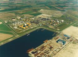 Luchtfoto van Heerema Havenbedrijf B.V. en Total Raffinaderij aan de...