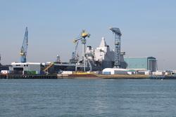 Afbouwen van een marineschip bij Scheldepoort.