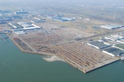 Luchtfoto opslag onderdelen windmolens bij Verbrugge Terminals aan de...