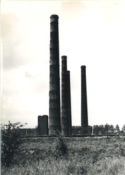 Schoorstenen en ruine van de voormalige staalfabriek nabij de...