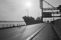 Zeeschip aan de kade bij de Cokesfabriek te Sluiskil.