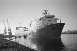 Ro-ro schip van Bore Ro-Ro aan de ro-ro 1 kade in de Zevenaarhaven.