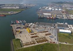 Opbouwen van onderdelen windmolens kade Bijleveldhaven