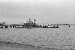 Duwcombinatie aan de steiger bij Dow Chemical in de Braakmanhaven.