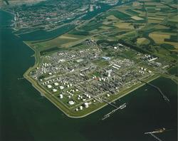Luchtfoto Dow Chemical en Braakmanhaven.