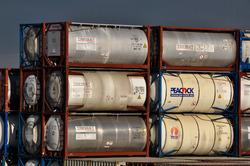 Opgestapelde containers voor liquid bulk op de Zeeland Container...