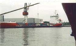 Containeroverslag kade Outokumpu op de Axelse Vlakte.