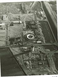 bouw centrales voor PZEM. Rechts een gedeelte van de zeedijk.