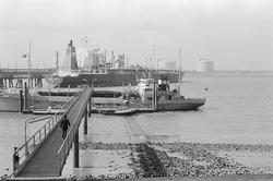 Zeeschepen en een bootje van de Verenigde Bootlieden in de...