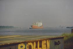 Kanaal van Gent naar Terneuzen. Zeeschip met sleepboot.