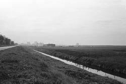 Braakliggende terreinen te Sas van Gent-Noord. Op de achtergrond de...