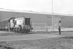 Trein rijdt een papierloods uit bij Aug. de Meyer aan de...