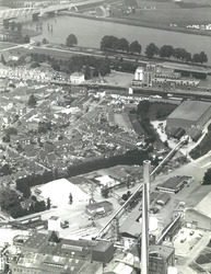 De kern van Sas van Gent met op de voorgrond de schoorsteen van de...