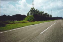Wagons met kolen op het spoor aan de Engelandweg bij de terminal van...