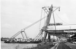Werkzaamheden door Boskalis aan de kade bij de Nederlandse Stikstof...