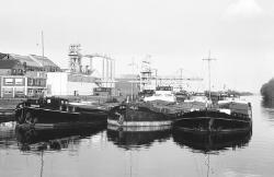 Binnenvaartschepen aan de kade in Zijkanaal E bij de CPC te Sas van...