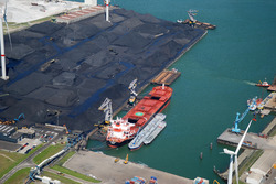 Overslag met drijvende kranen aan nieuwe kade B in de Kaloothaven bij...