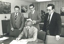 Ondertekening van de verkoopakte grond aan de Zevenaarhaven aan...