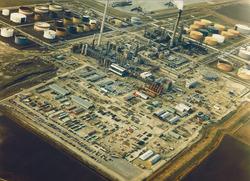 Luchtfoto van het bedrijfsterrein van Total Raffinaderij Nederland...
