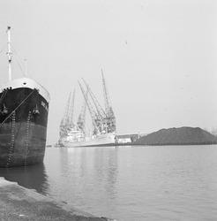 Overslag van kolen en papier in de Zevenaarhaven.