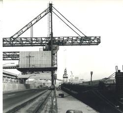 Binnenvaartschip aan de kade bij Zuid-Chemie te Sas van Gent.