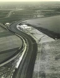Gedeelte weg langs de Sloehaven (Walcherse zijde) met op ahctergron...