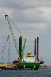 Werkschip Neptune in de Westhofhaven bij de BOW Terminal.