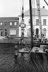 Slaan van palen in Zijkanaal H, Oostkade te Sas van Gent