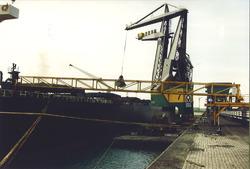 Het lossen van een zeeschip door Ovet in de Kaloothaven op de...