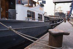Binnenvaartschip aan de kade bij Hydro Agri Sluiskil.