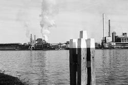 Cokesfabriek aan de Oostkade te Sluiskil, gezien vanaf de andere kant...
