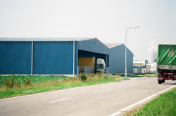 Vrachtwagen van Verbrugge in een loods bij Aug. de Meyer in de...