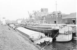 Binnenvaartschepen in Zijkanaal H te Sas van Gent.