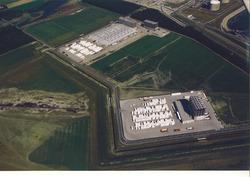 Luchtfoto van de vestigingen van Vos Logistics en Katoennatie in het...