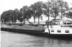 Het lossen van bieten uit een binnenvaartschip te Sas van Gent voor de...