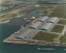 Luchtfoto Scaldiahaven met Verbrugge Terminals, met...